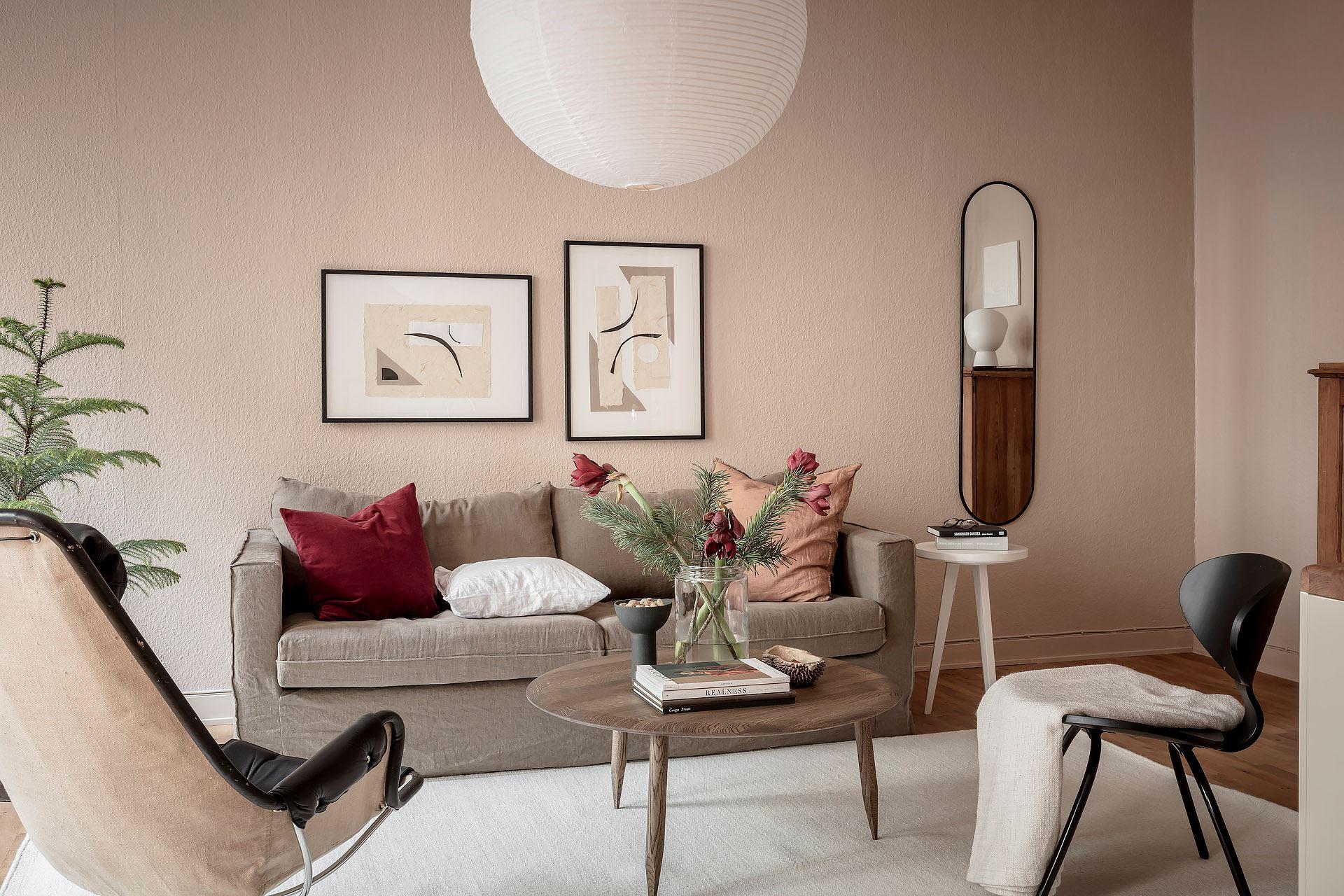 Pereți roz pudrat în living