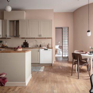 Pereți roz pudrat în bucatarie