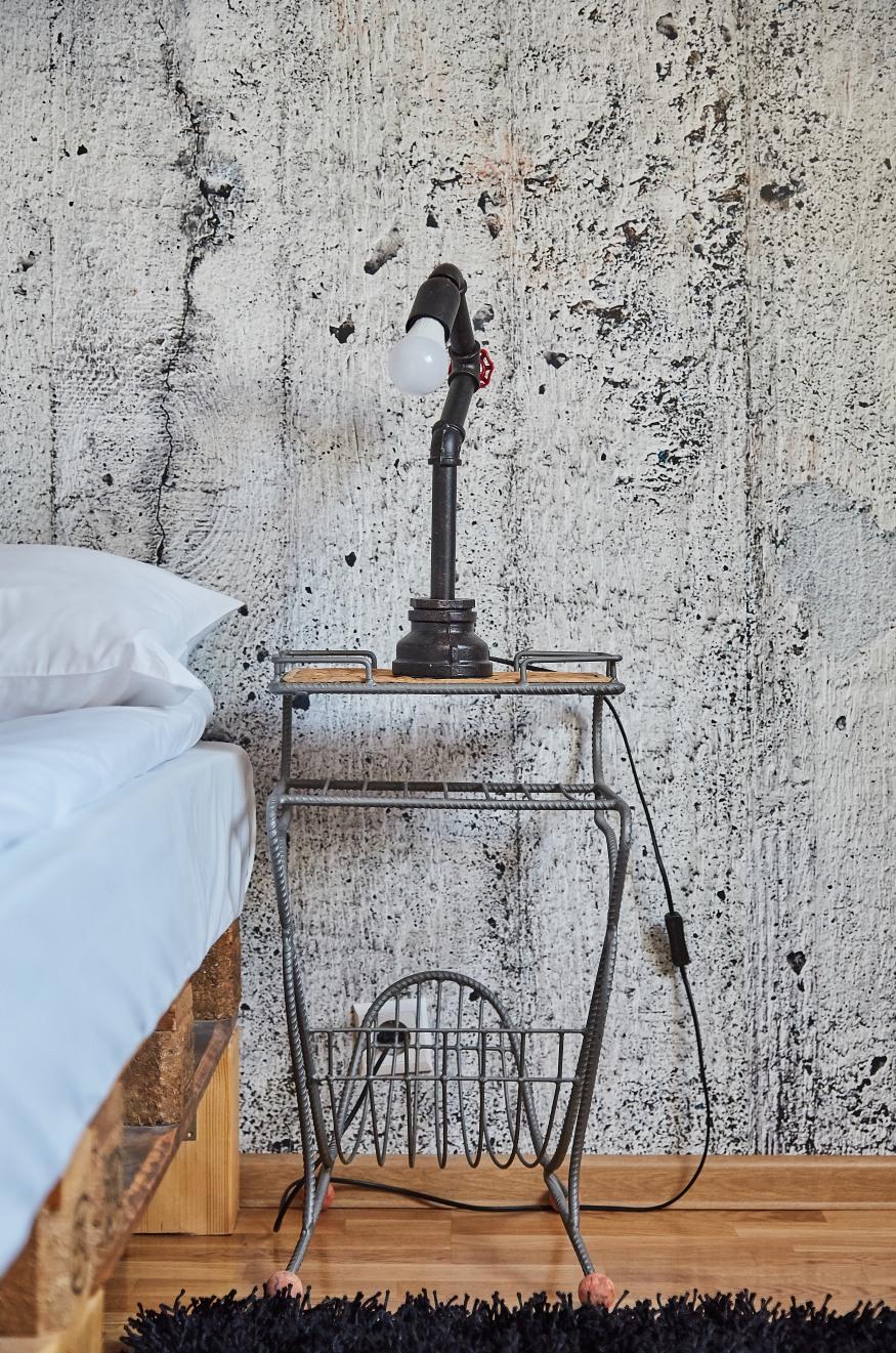 Țevi și paleți reconvertiți în mobilier și decorațiuni