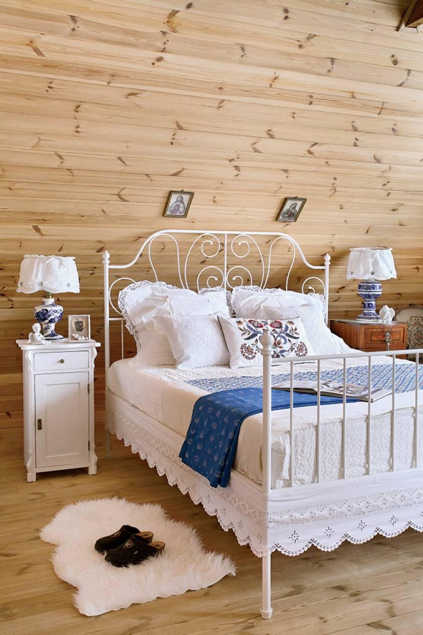 Casă din lemn cu mobilier alb