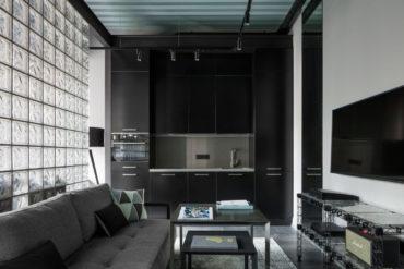 Mult negru și perete din cărămidă de sticlă