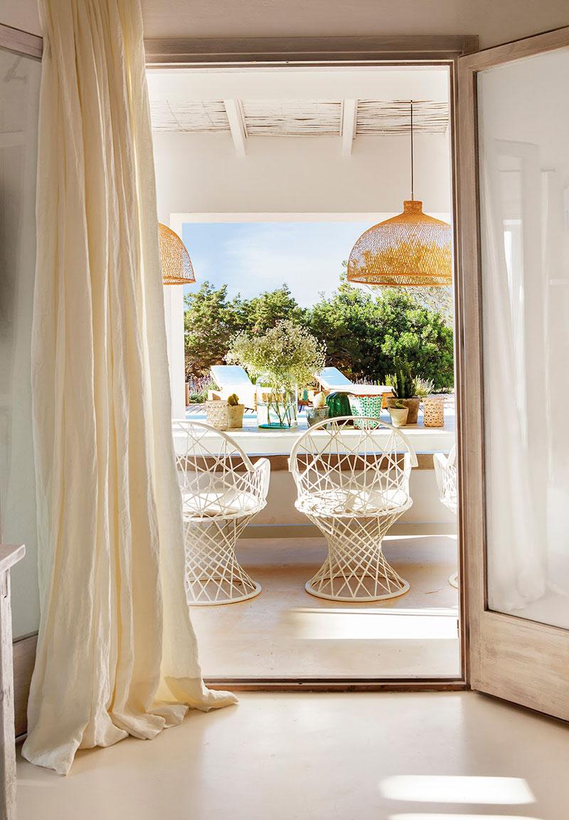Accente vesele de culoare și decor mediteranean într o casă de vacanță din Formentera Spania 3