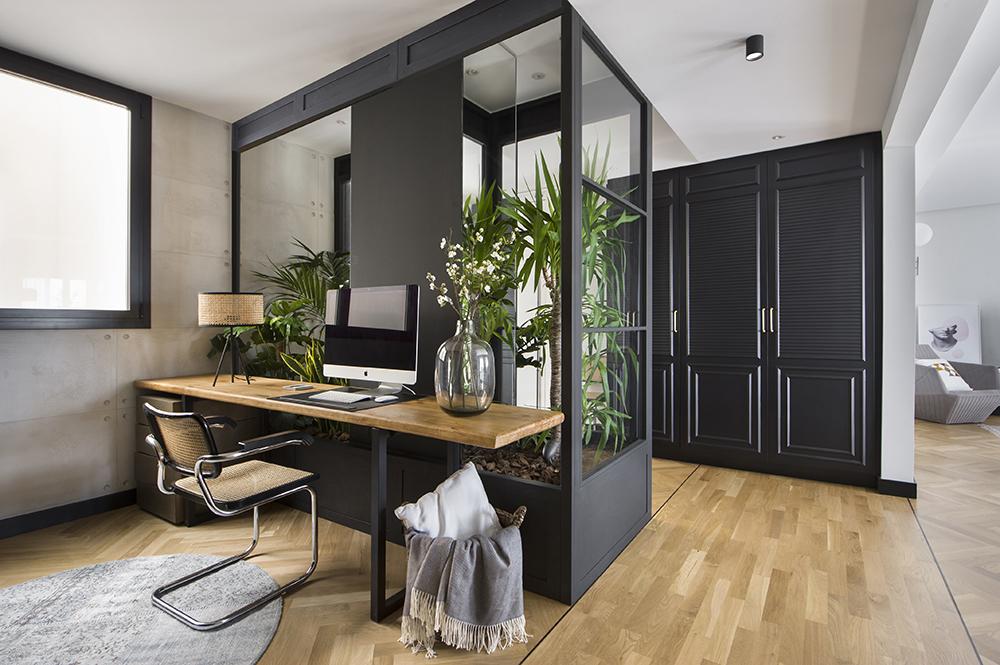 Pereți mobilier și uși negre într un apartament din Barcelona 1