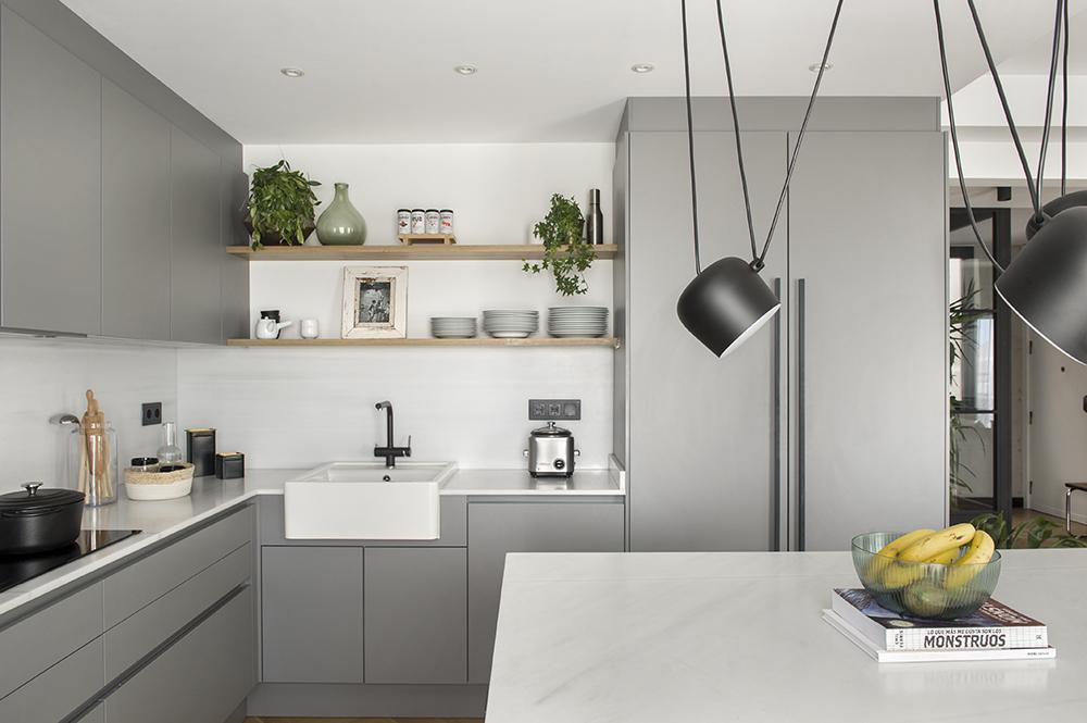 Pereți mobilier și uși negre într un apartament din Barcelona 12