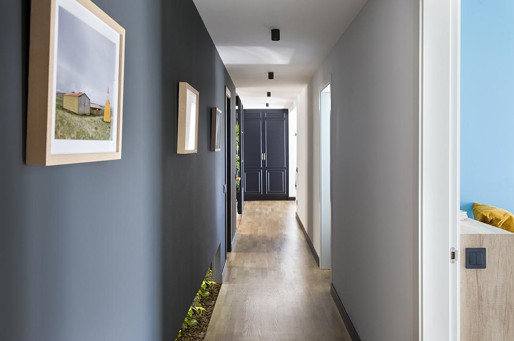 Pereți mobilier și uși negre într un apartament din Barcelona 16