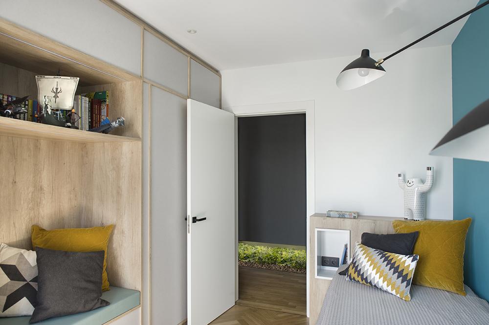 Pereți mobilier și uși negre într un apartament din Barcelona 19