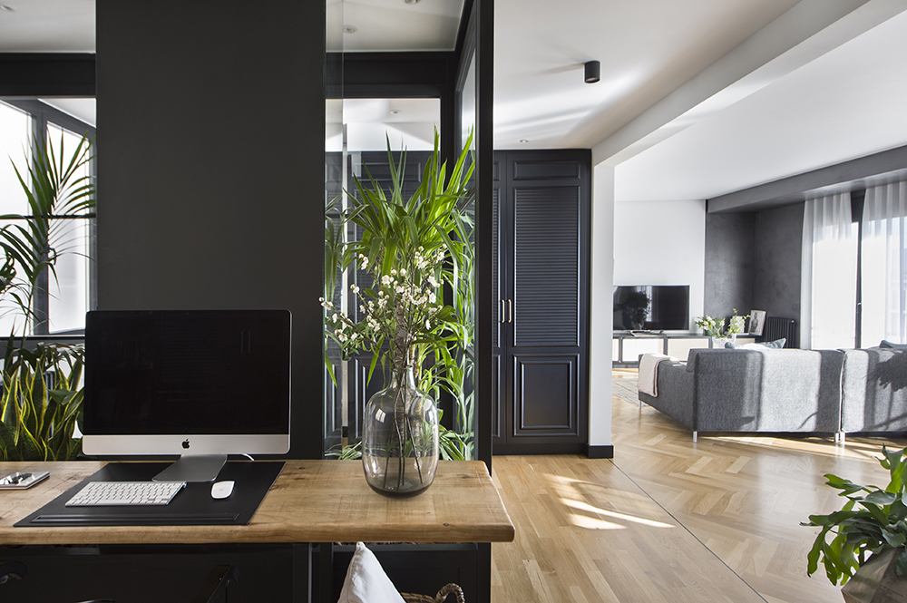 Pereți mobilier și uși negre într un apartament din Barcelona 2