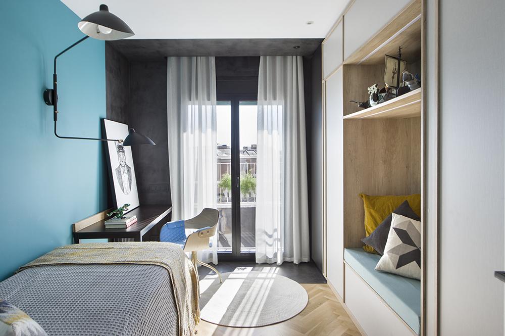 Pereți mobilier și uși negre într un apartament din Barcelona 20