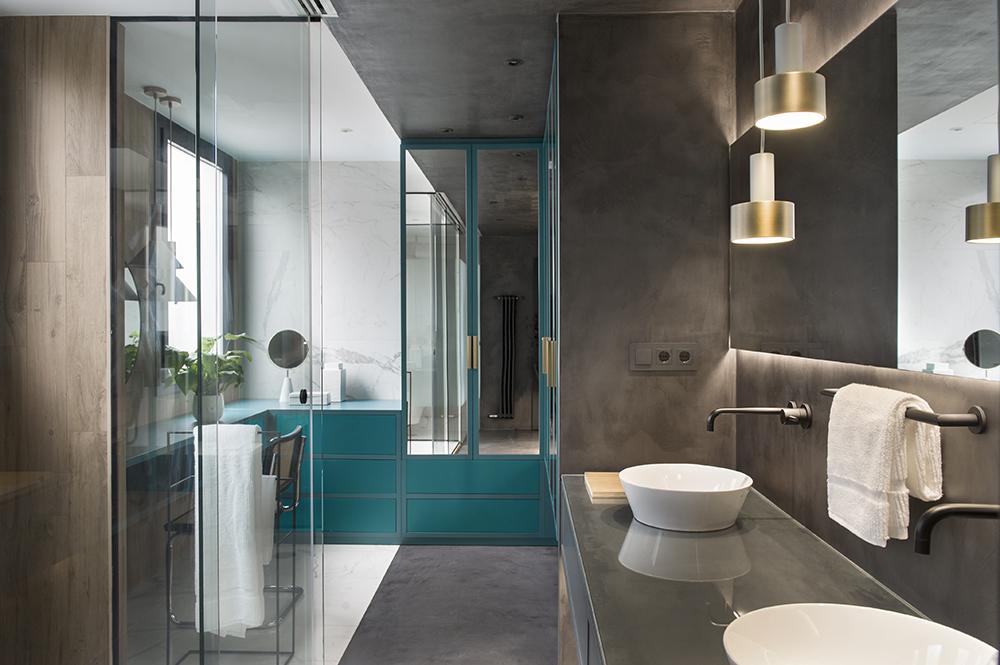 Pereți mobilier și uși negre într un apartament din Barcelona 22