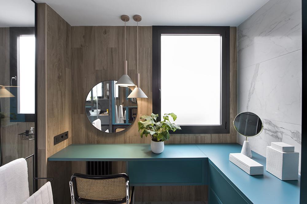 Pereți mobilier și uși negre într un apartament din Barcelona 23