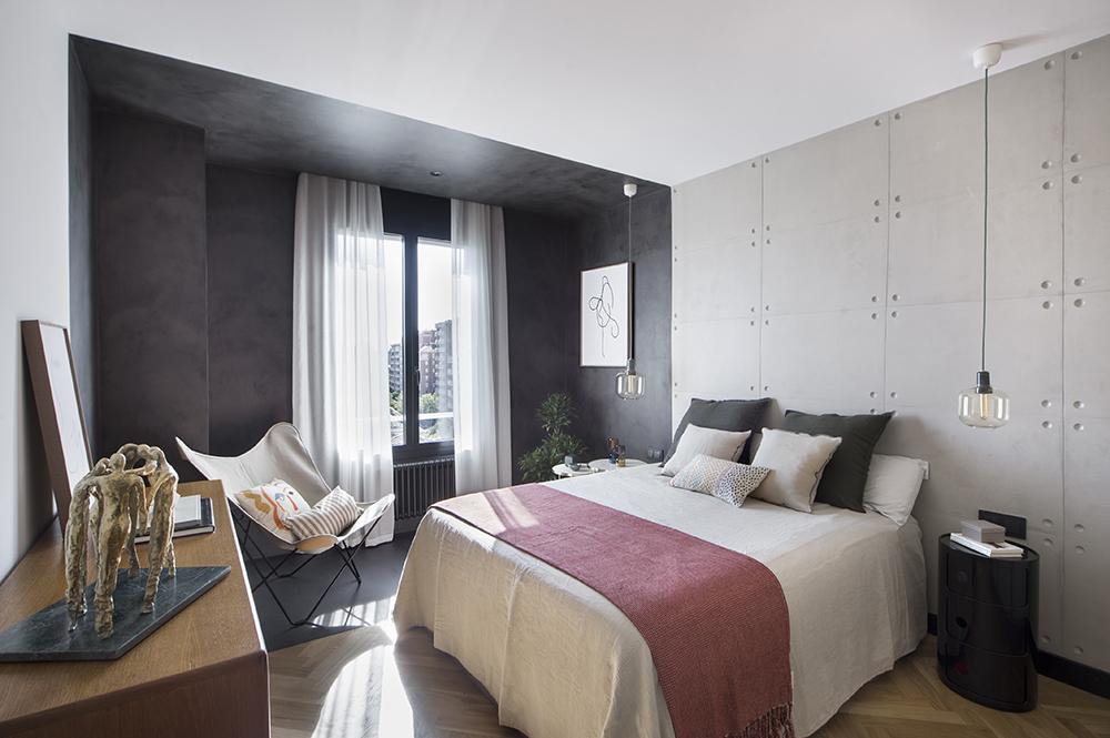 Pereți mobilier și uși negre într un apartament din Barcelona 26