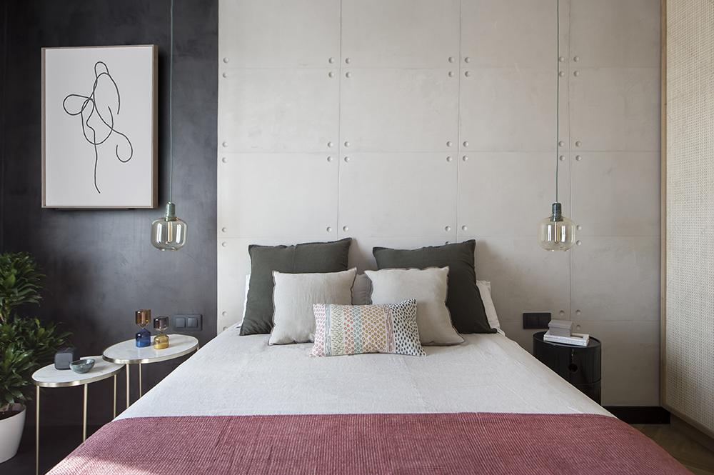 Pereți mobilier și uși negre într un apartament din Barcelona 27