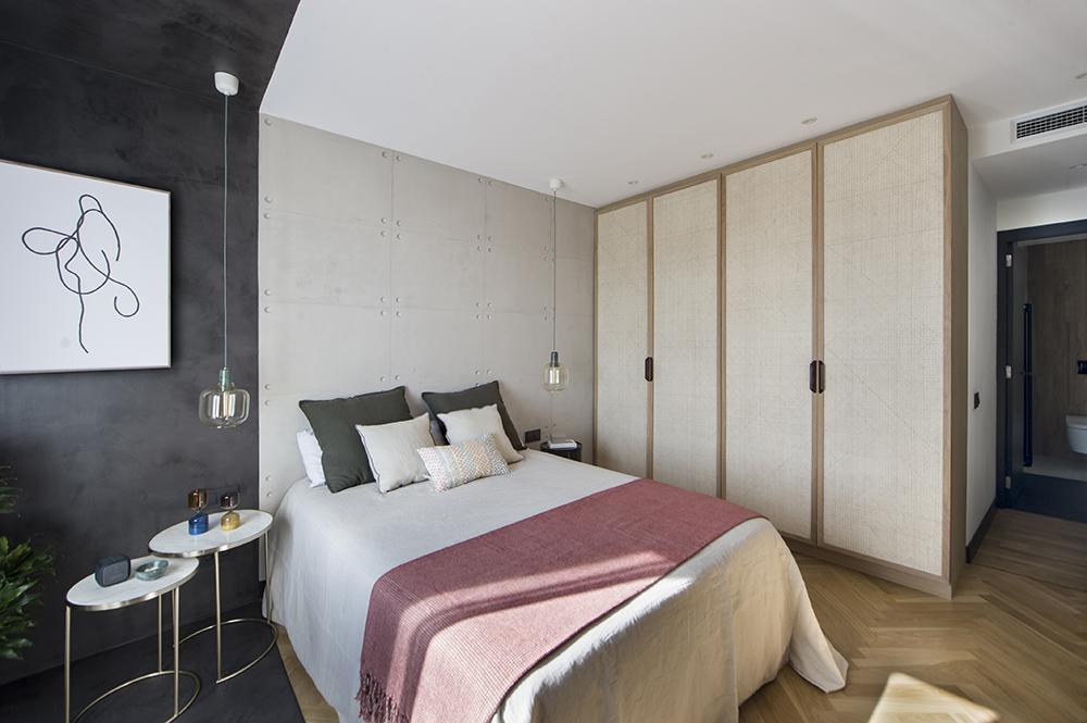 Pereți mobilier și uși negre într un apartament din Barcelona 29