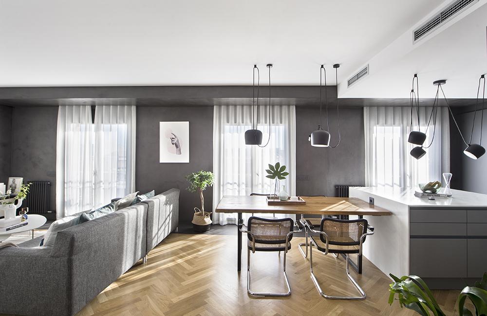 Pereți mobilier și uși negre într un apartament din Barcelona 3