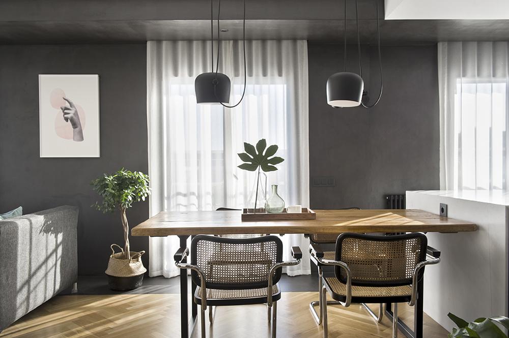 Pereți mobilier și uși negre într un apartament din Barcelona 4