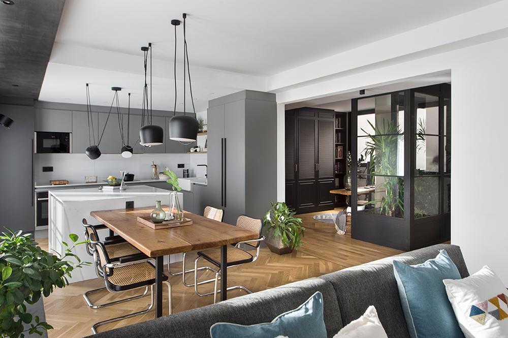Pereți mobilier și uși negre într un apartament din Barcelona 8a