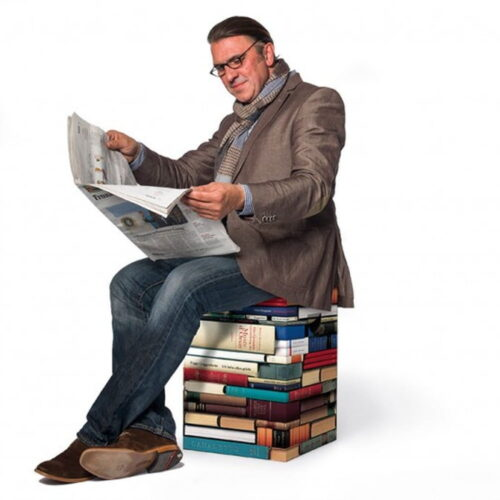Taburet în formă de morman de cărți