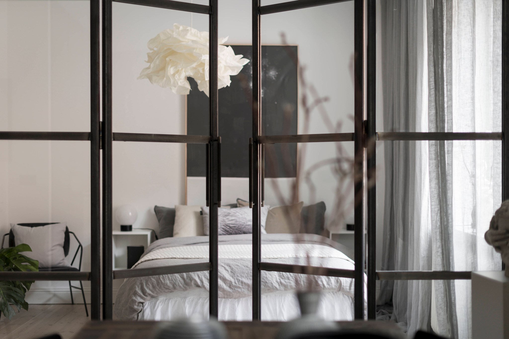 Uși de sticlă între living și dormitor într o garsonieră de 49 m² din Suedia 12