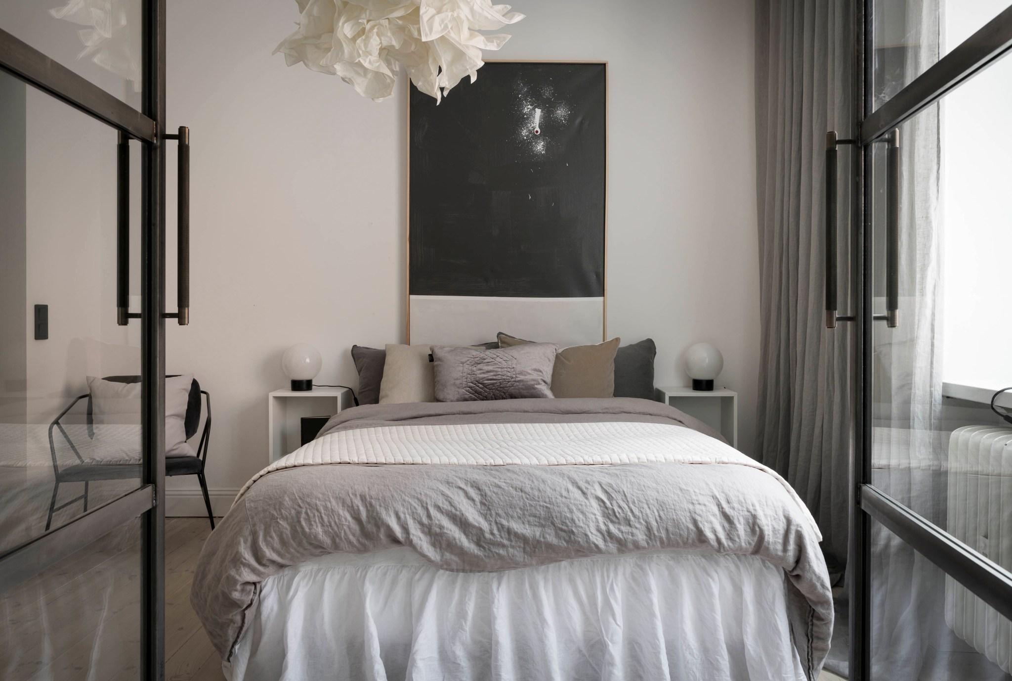 Uși de sticlă între living și dormitor într o garsonieră de 49 m² din Suedia 13