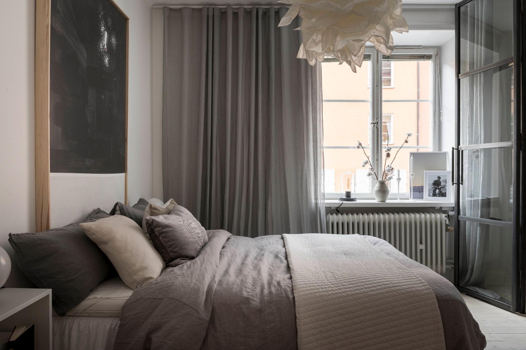 Uși de sticlă între living și dormitor într o garsonieră de 49 m² din Suedia 15
