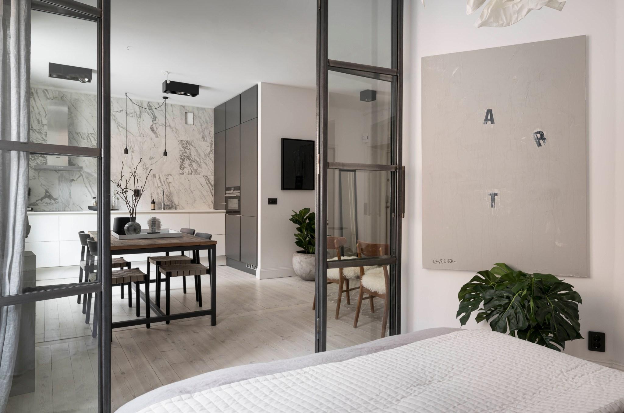 Uși de sticlă între living și dormitor într o garsonieră de 49 m² din Suedia 17