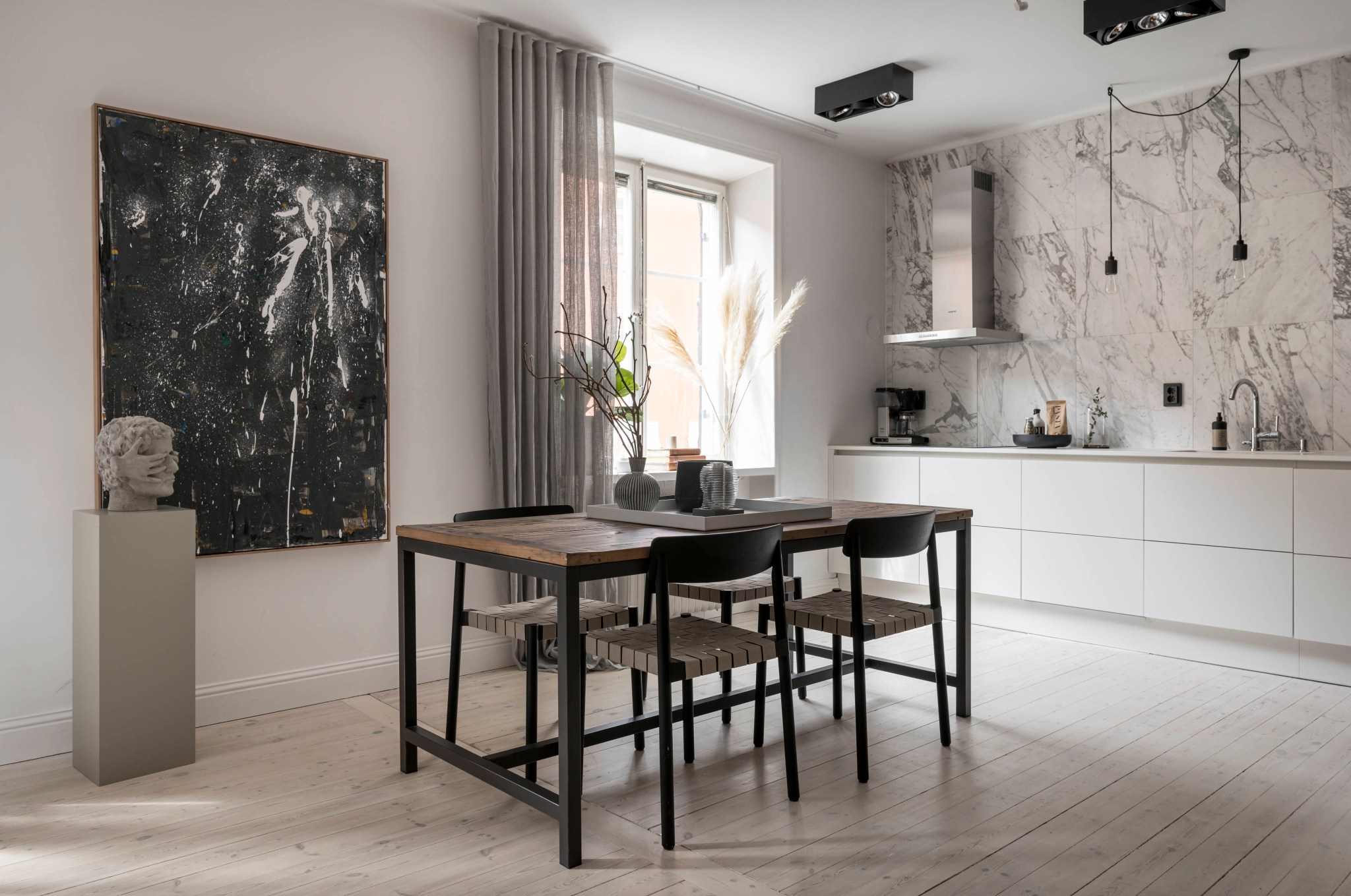 Uși de sticlă între living și dormitor într o garsonieră de 49 m² din Suedia 18