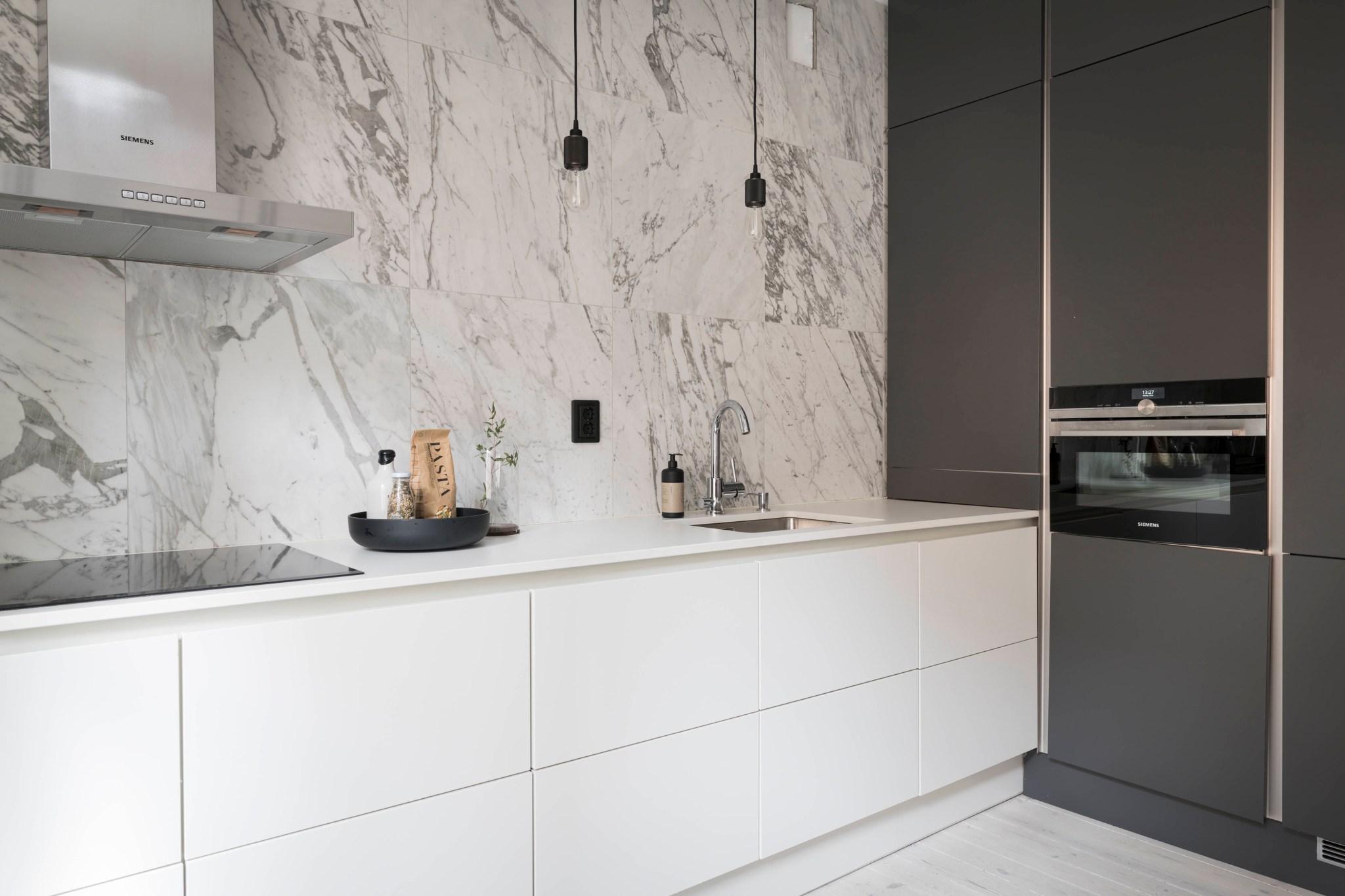 Uși de sticlă între living și dormitor într o garsonieră de 49 m² din Suedia 20