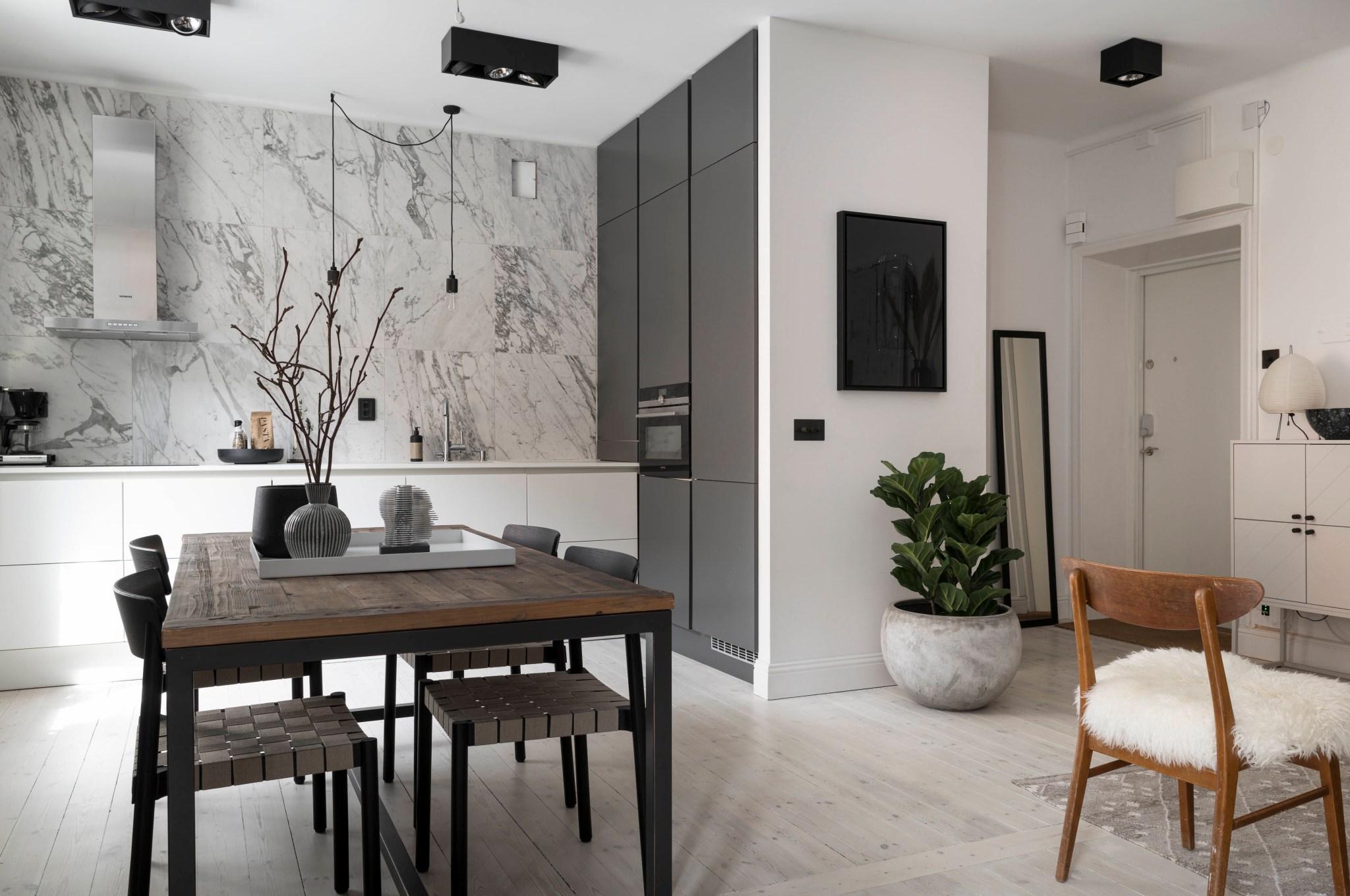 Uși de sticlă între living și dormitor într o garsonieră de 49 m² din Suedia 21