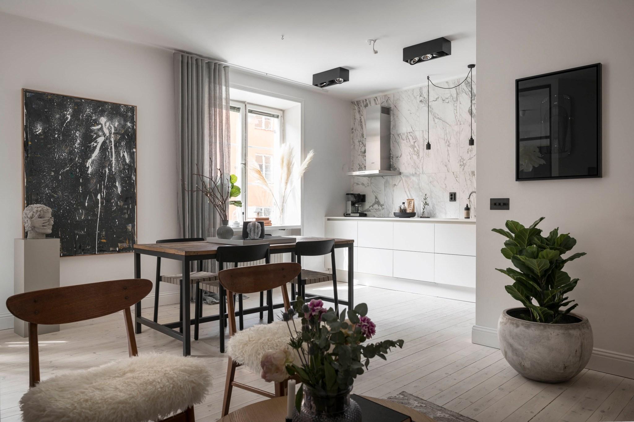 Uși de sticlă între living și dormitor într o garsonieră de 49 m² din Suedia 3