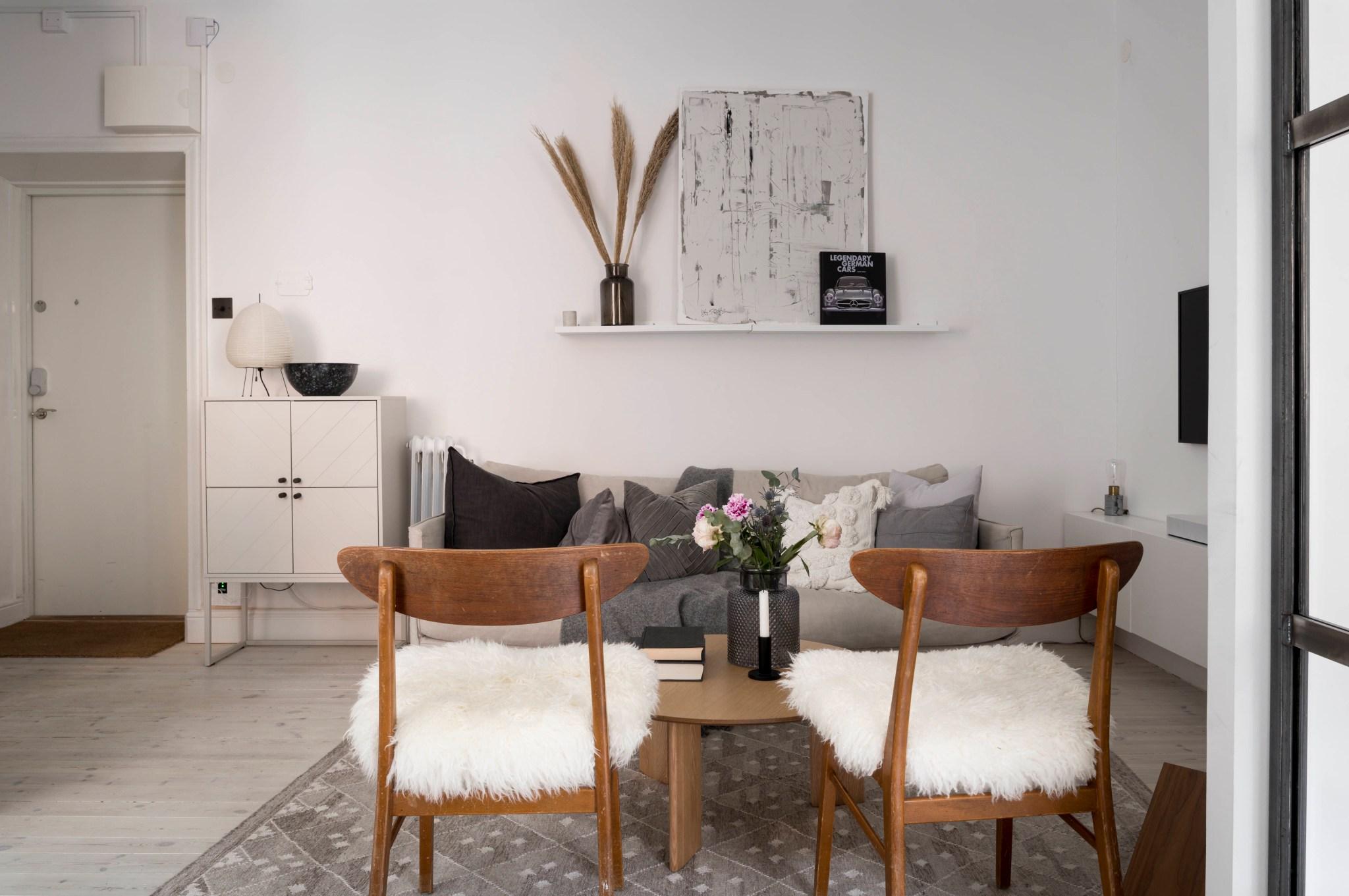 Uși de sticlă între living și dormitor într o garsonieră de 49 m² din Suedia 5