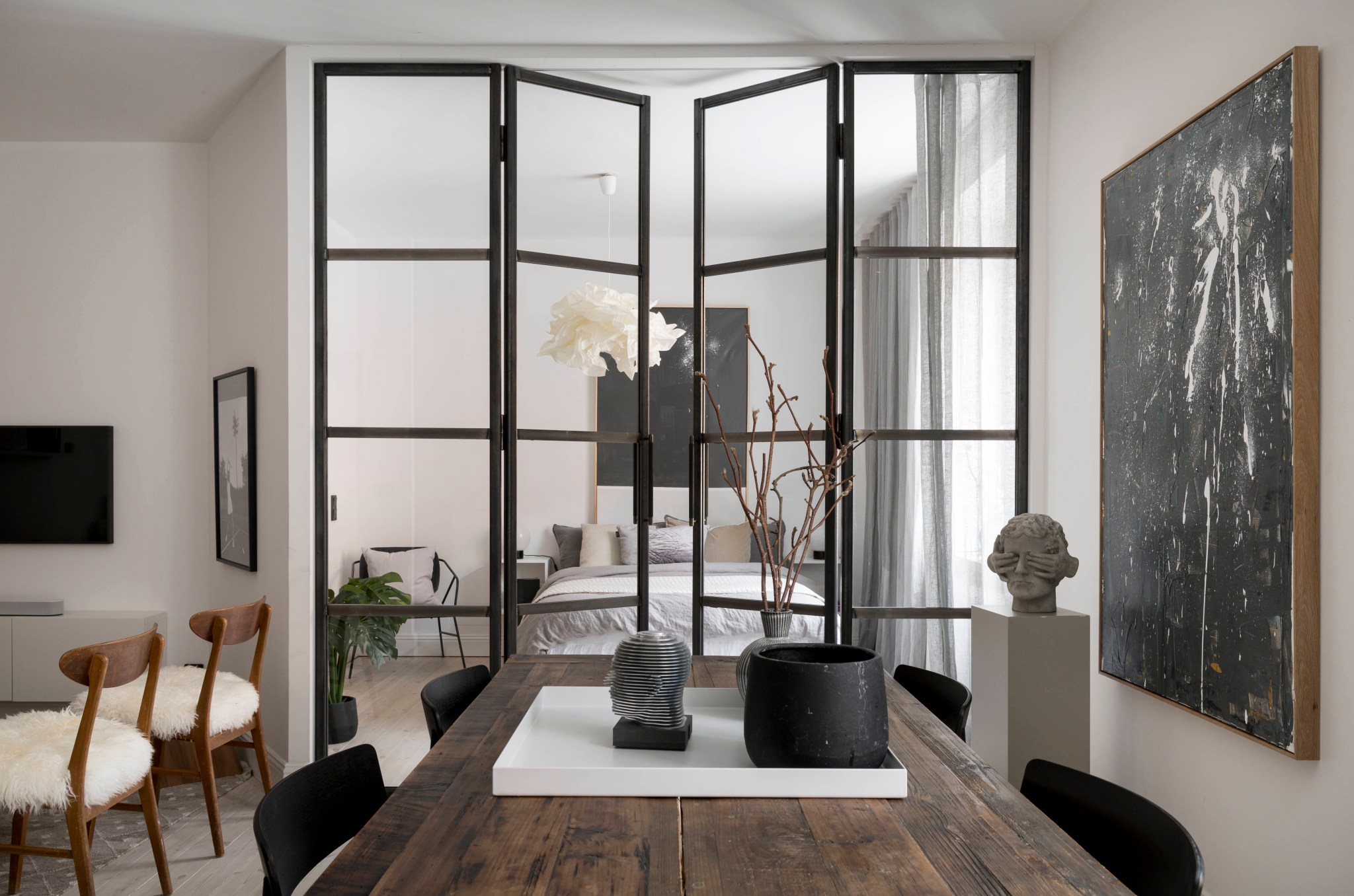 Uși de sticlă între living și dormitor într o garsonieră de 49 m² din Suedia 9