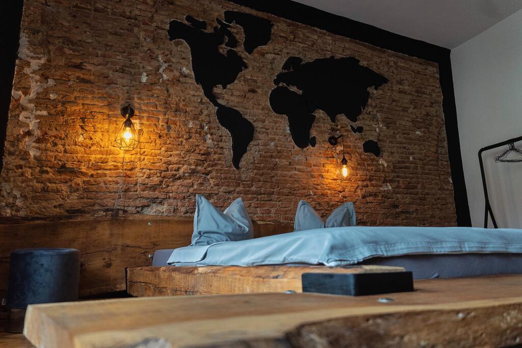 Cărămidă expusă și cadru de pat inedit într un apartament de 55 m² din Sibiu 2