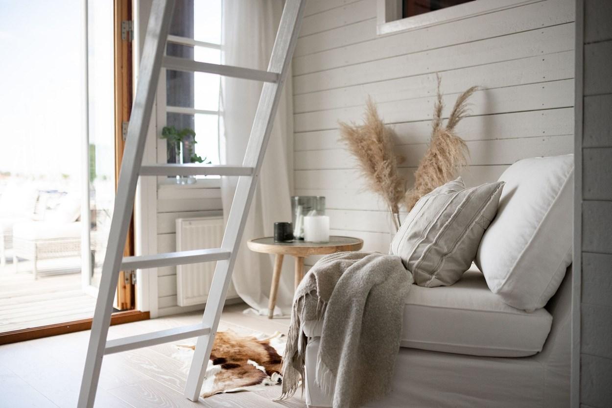 Căsuță pe debarcader de numai 15 m² și cu dormitor la mezanin 10