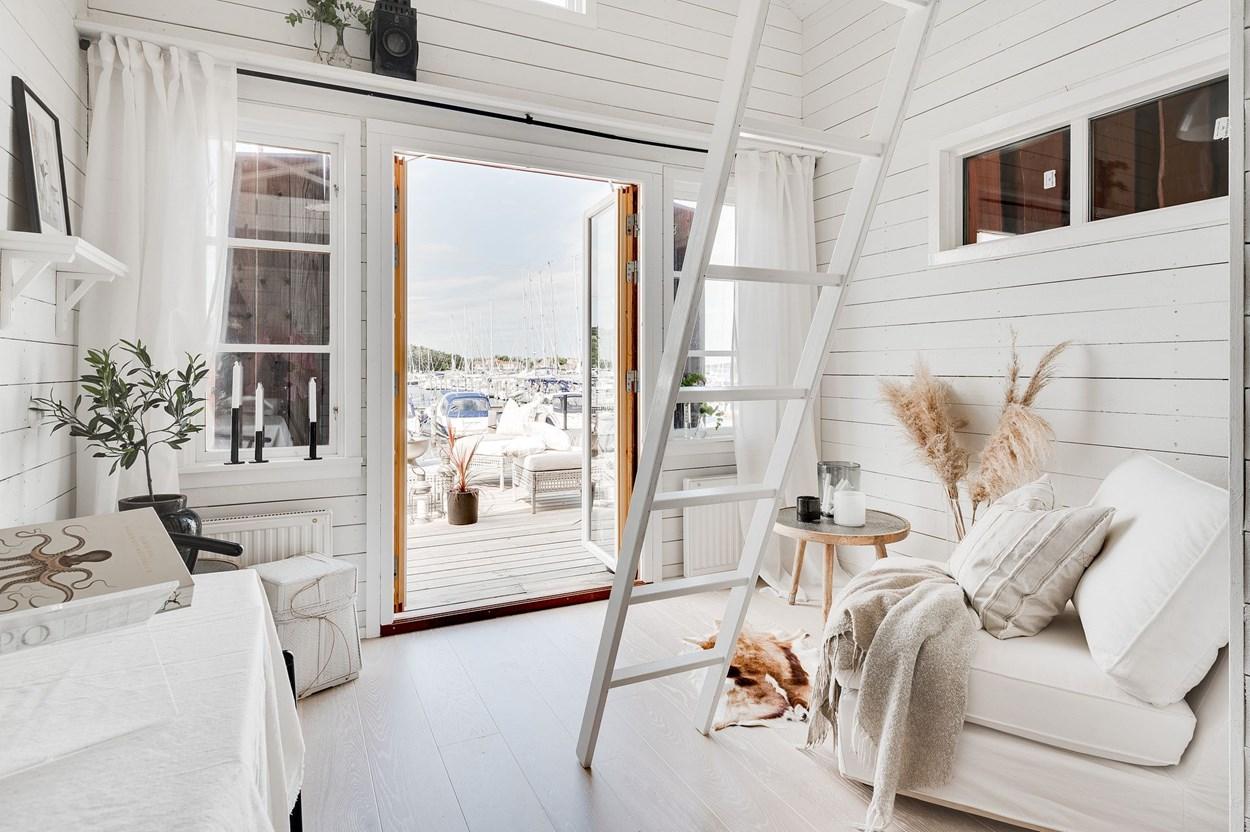 Căsuță pe debarcader de numai 15 m² și cu dormitor la mezanin 11
