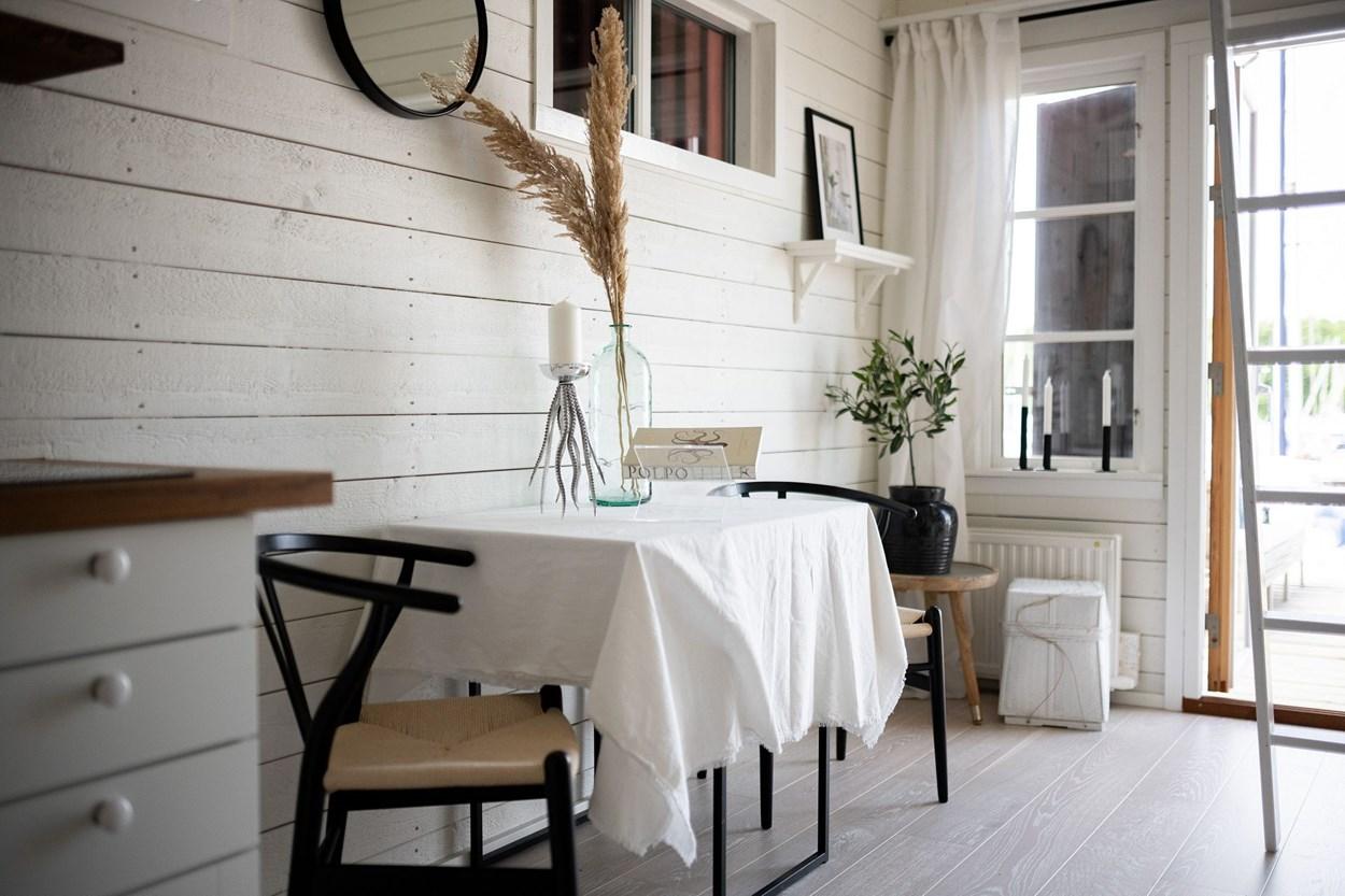 Căsuță pe debarcader de numai 15 m² și cu dormitor la mezanin 12