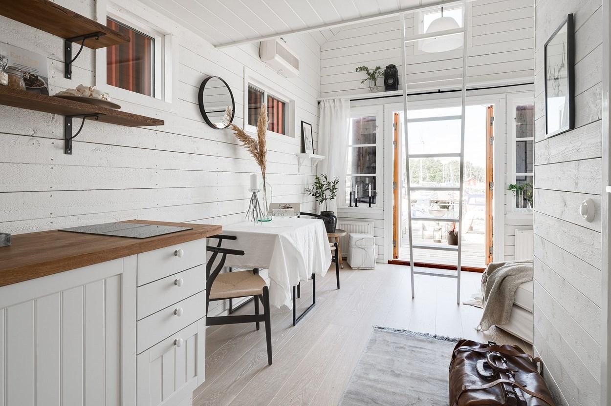 Căsuță pe debarcader de numai 15 m² și cu dormitor la mezanin 13