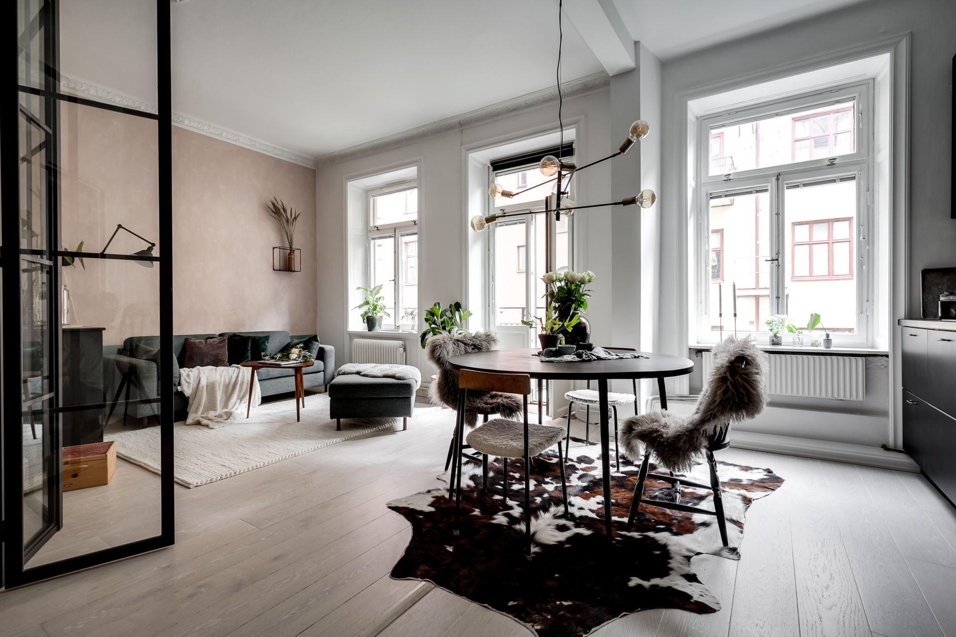 Perete de sticlă și cărămidă expusă în dormitor într o garsonieră de 44 m² 1
