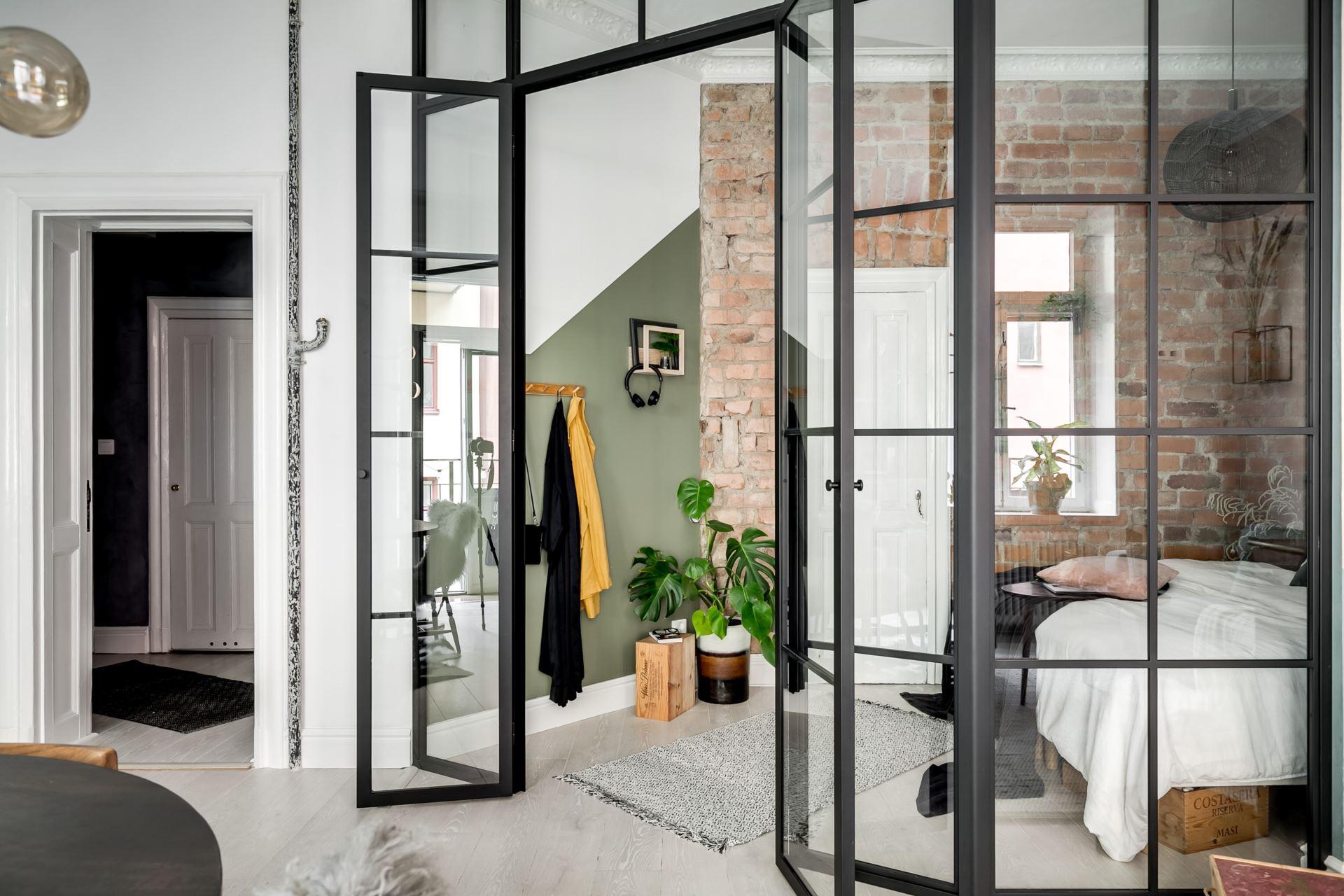 Perete de sticlă și cărămidă expusă în dormitor într o garsonieră de 44 m² 12