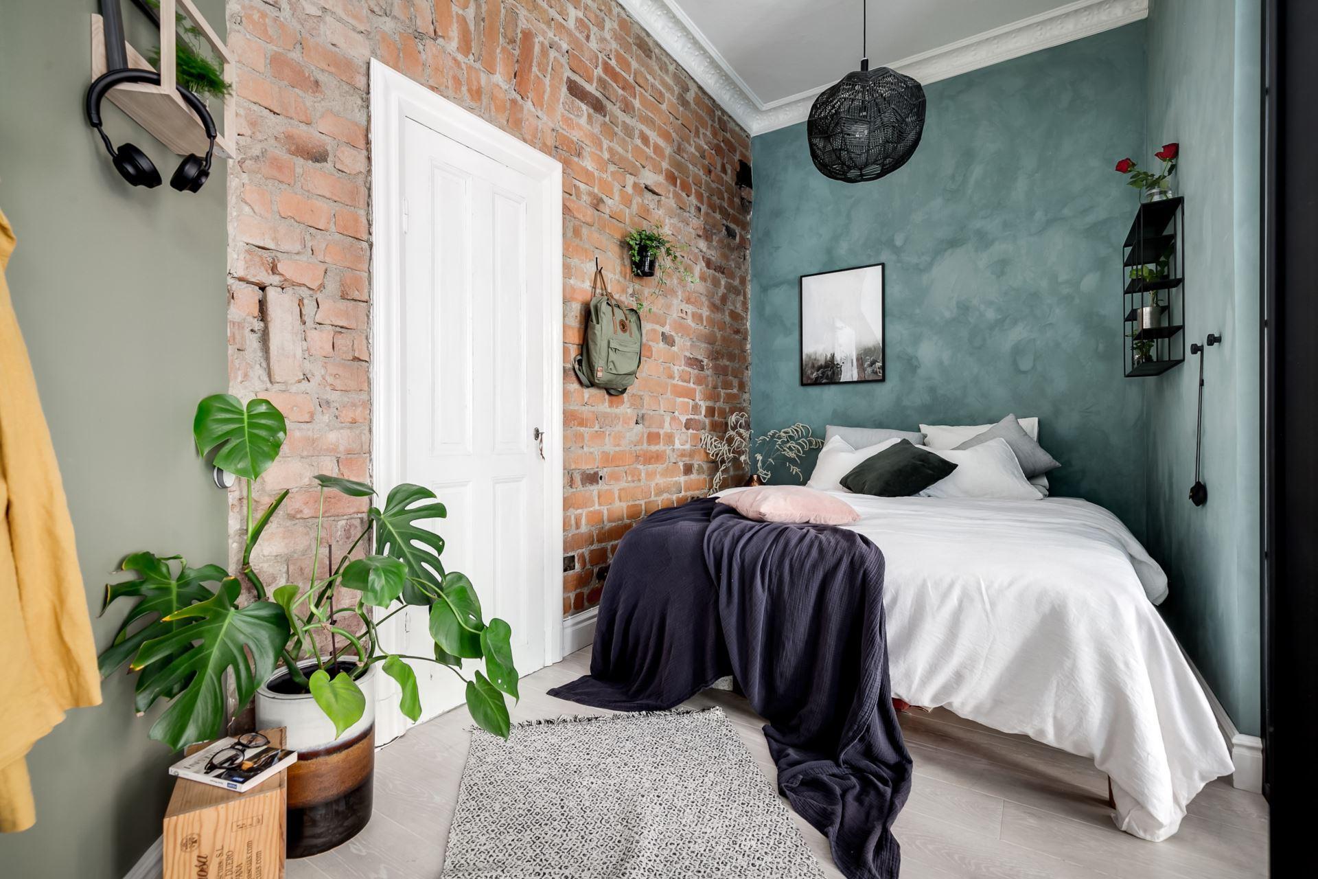 Perete de sticlă și cărămidă expusă în dormitor într o garsonieră de 44 m² 13