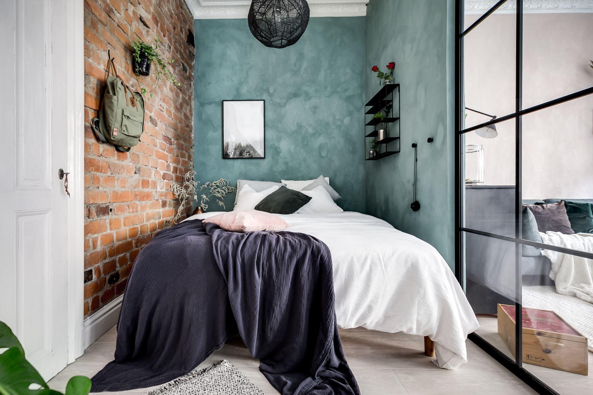 Perete de sticlă și cărămidă expusă în dormitor într o garsonieră de 44 m² 14