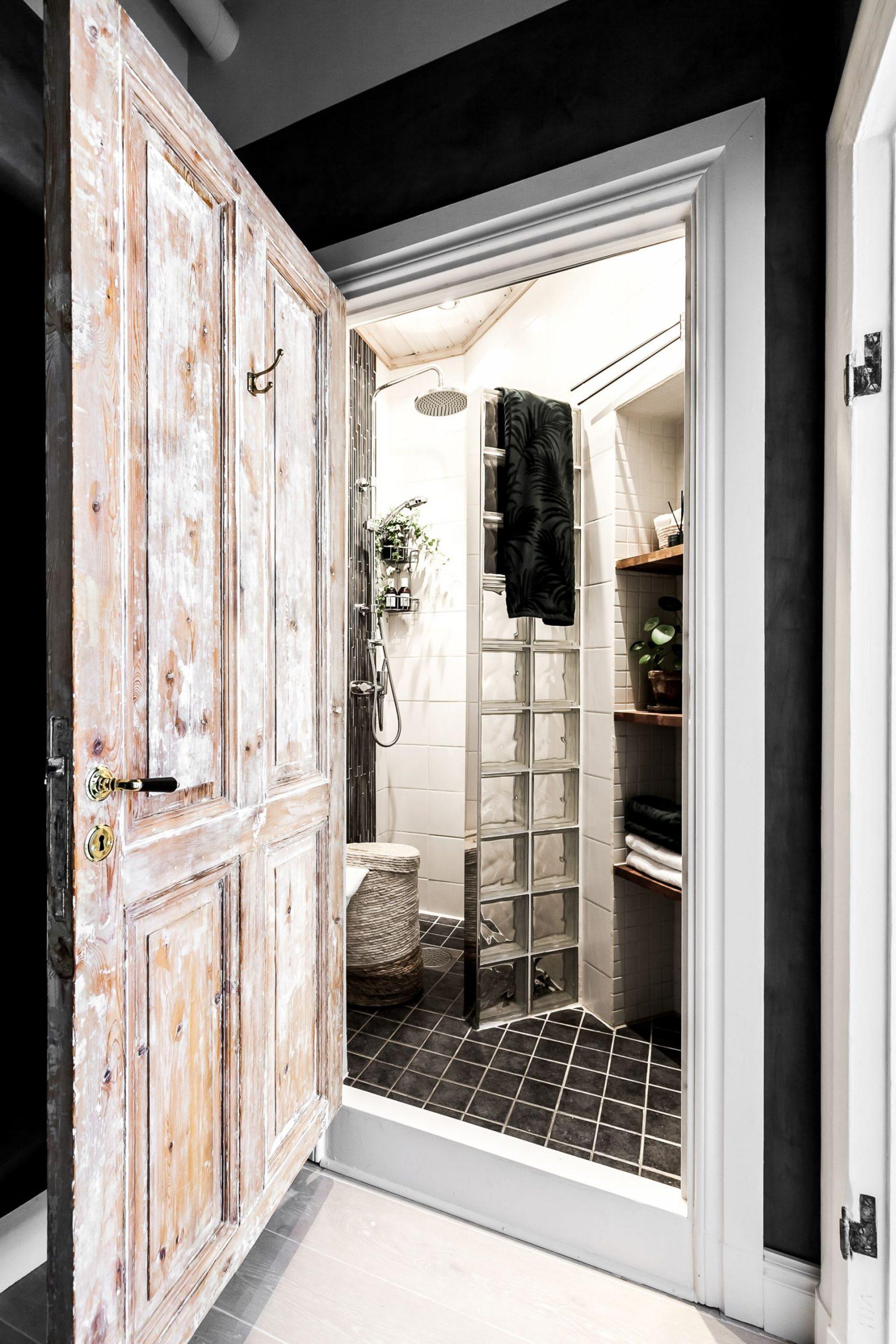 Perete de sticlă și cărămidă expusă în dormitor într o garsonieră de 44 m² 18