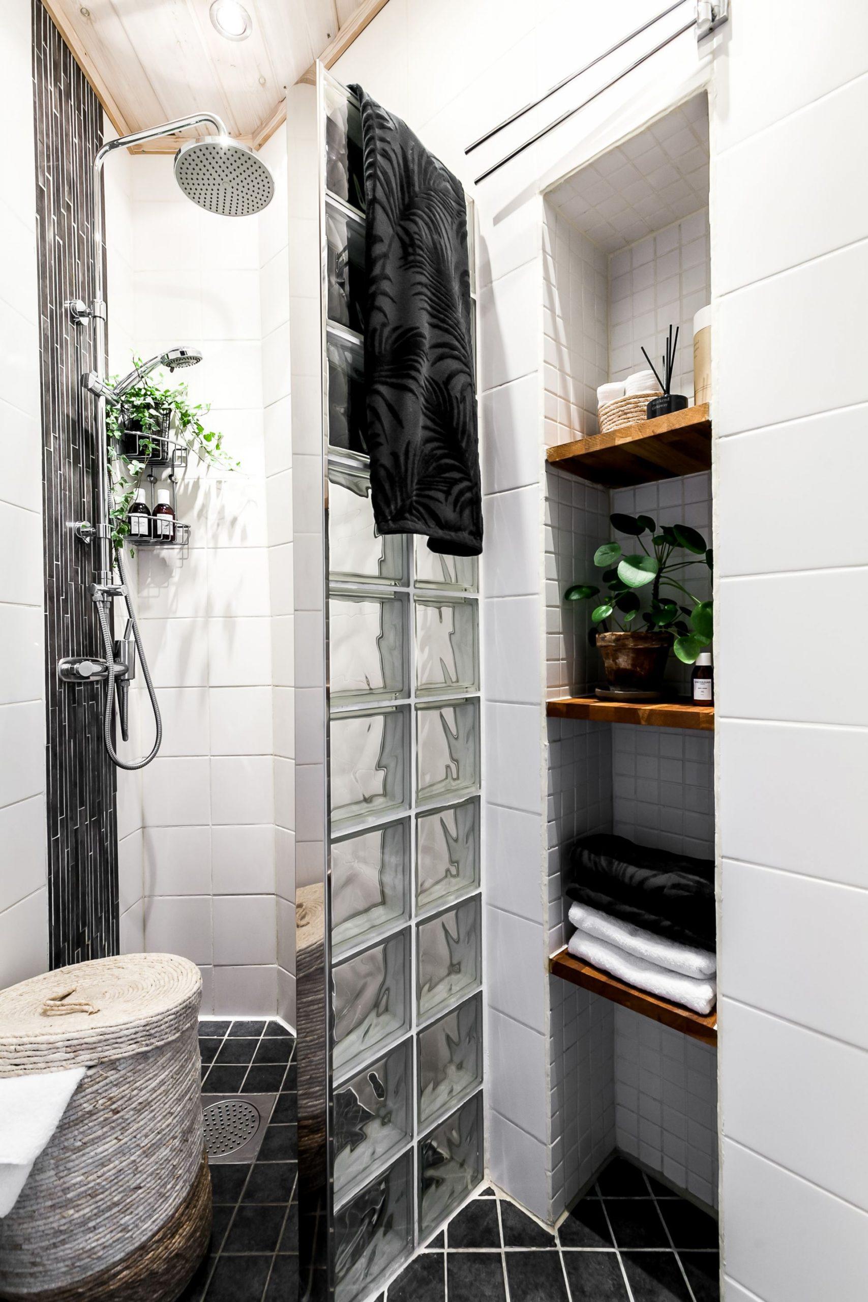 Perete de sticlă și cărămidă expusă în dormitor într o garsonieră de 44 m² 19