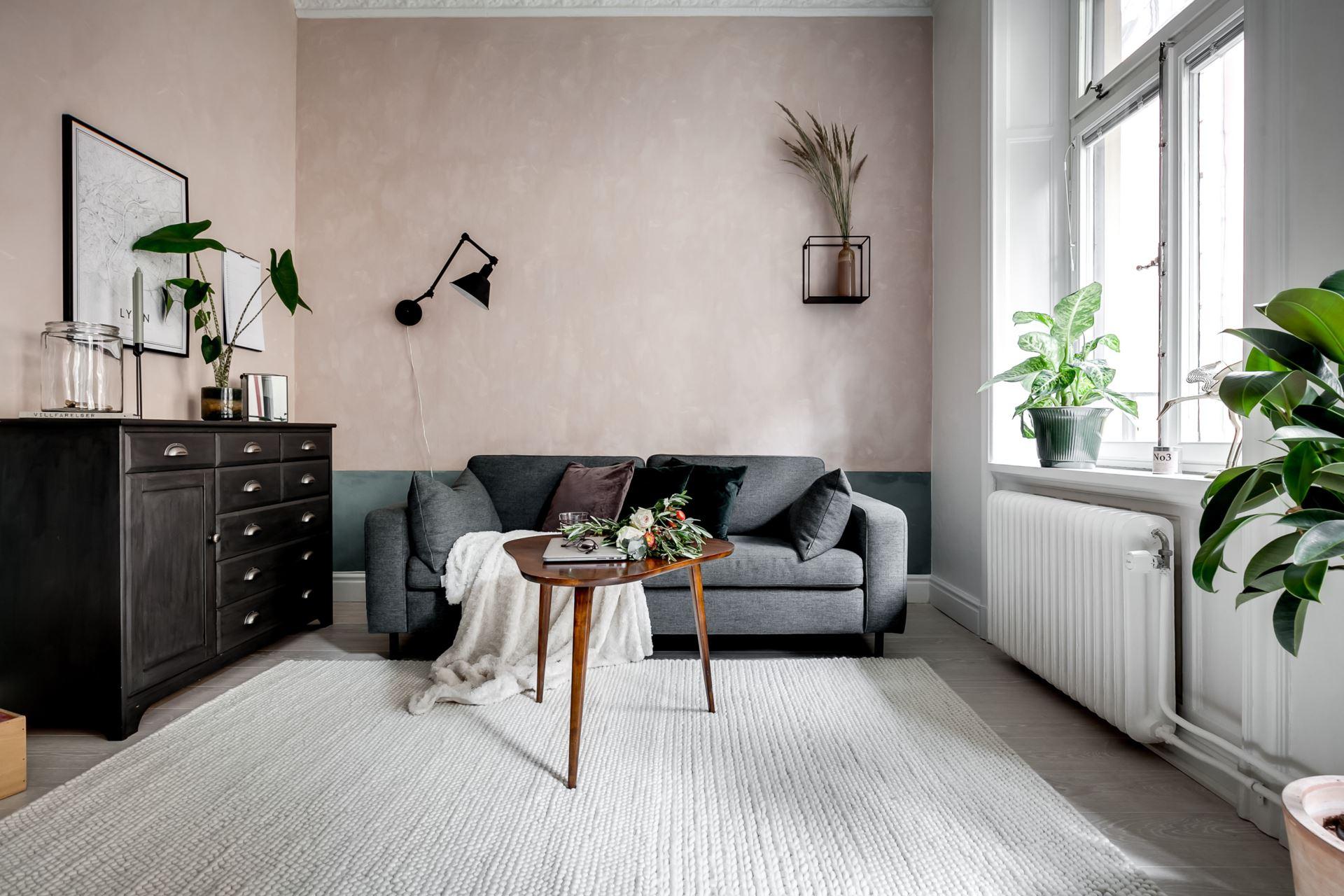Perete de sticlă și cărămidă expusă în dormitor într o garsonieră de 44 m² 6