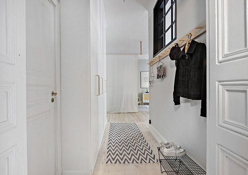Plan deschis un balcon drăguț și o draperie pentru dormitor într o garsonieră de 37 m² 15