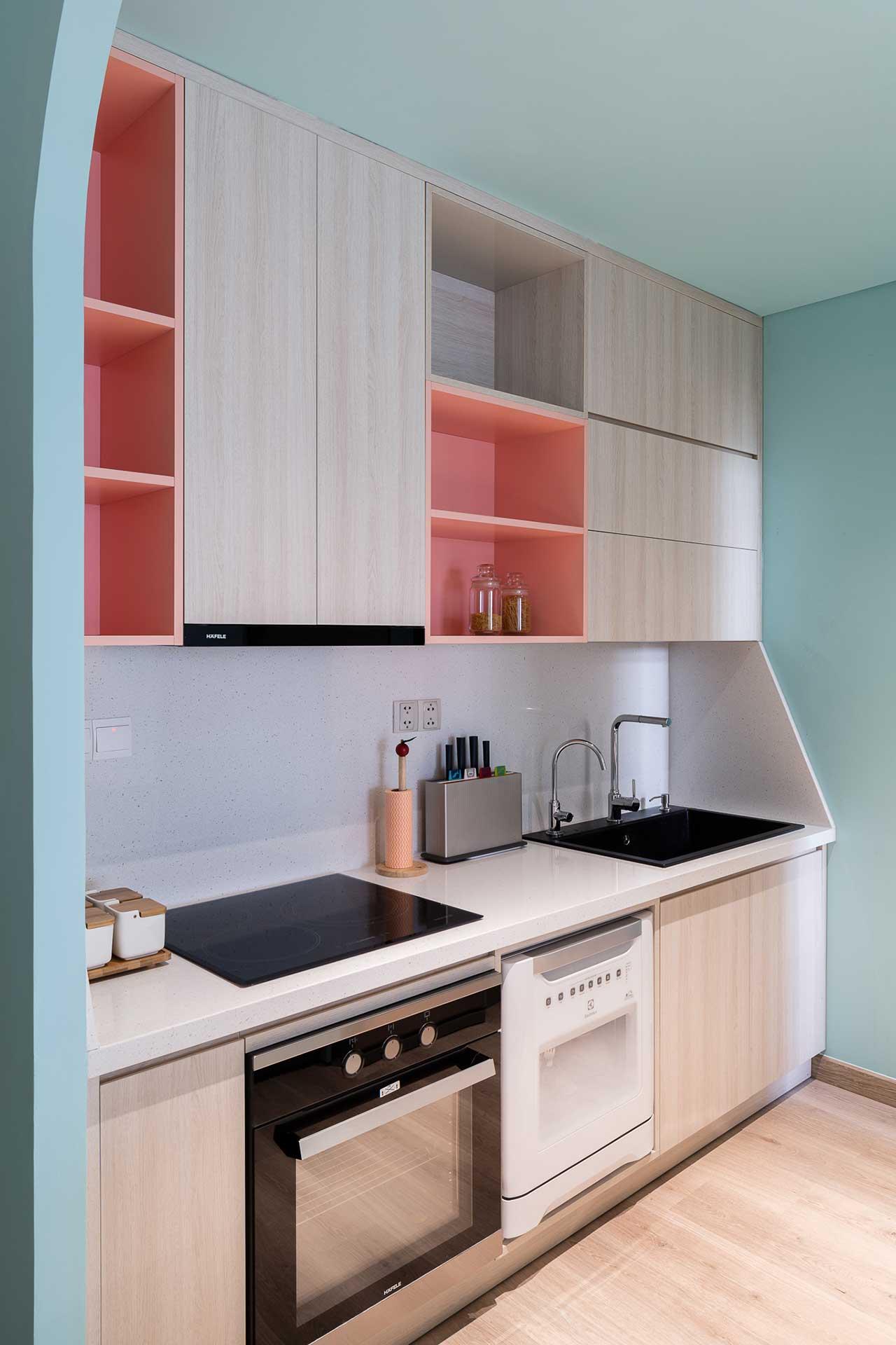 Turcoaz roz piersică și portocaliu într un apartament plin de personalitate din Vietnam 4