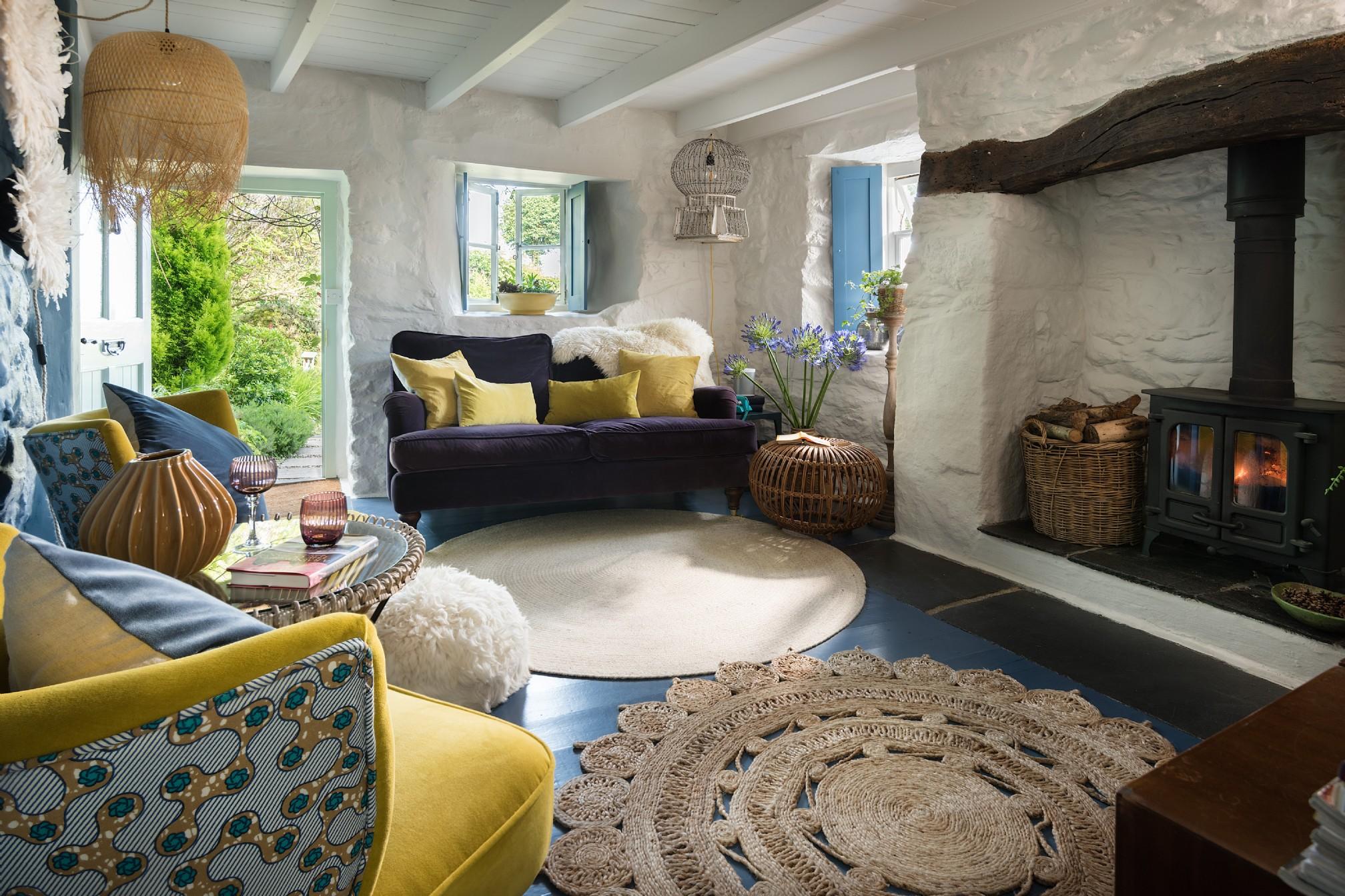 Albastru galben și mov în decorul rustic al unei case din Marea Britanie 1