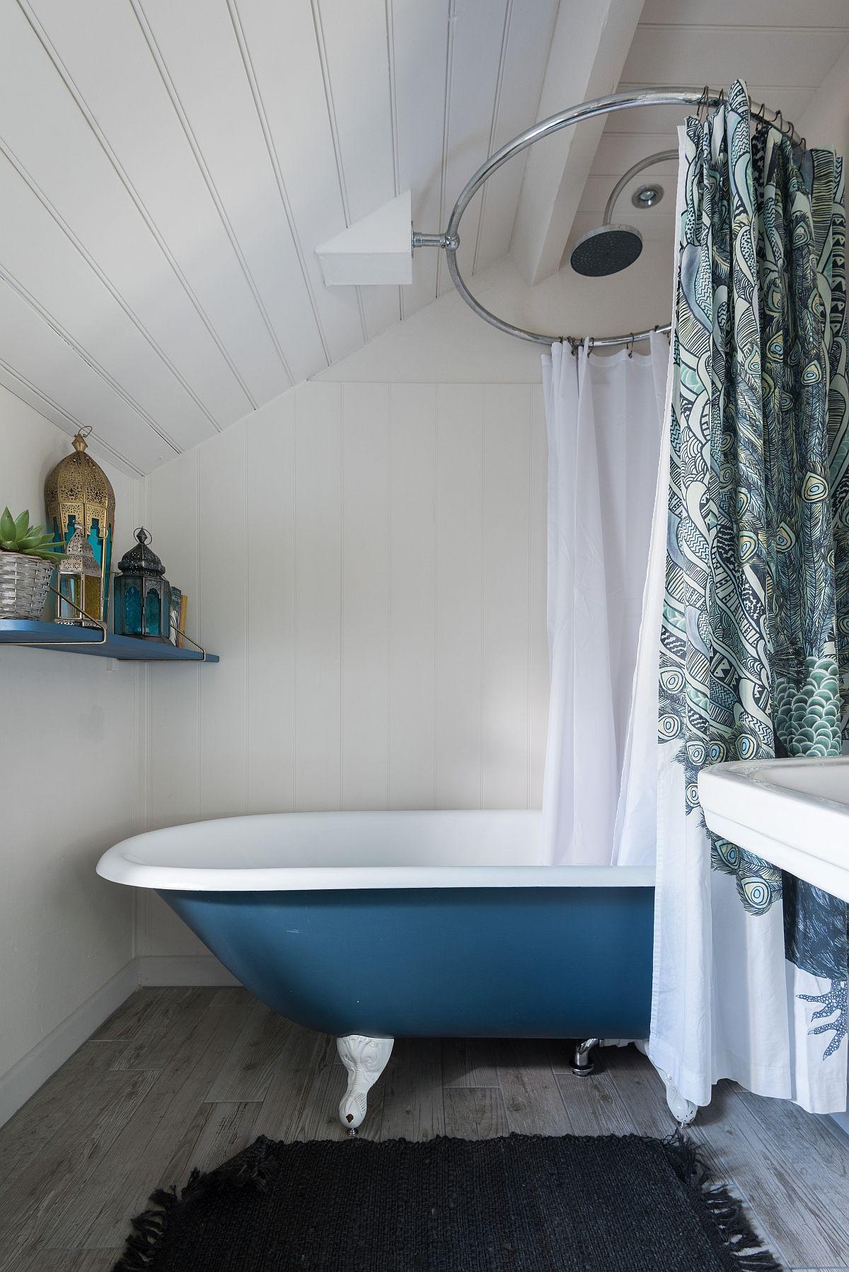 Albastru galben și mov în decorul rustic al unei case din Marea Britanie 10