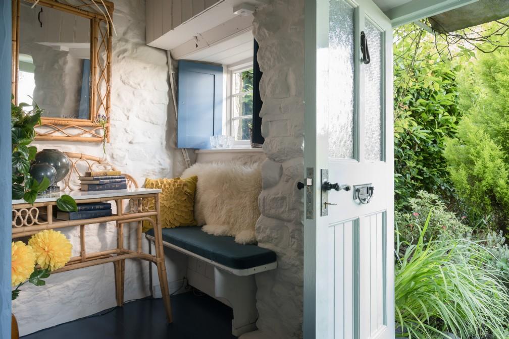 Albastru galben și mov în decorul rustic al unei case din Marea Britanie 11