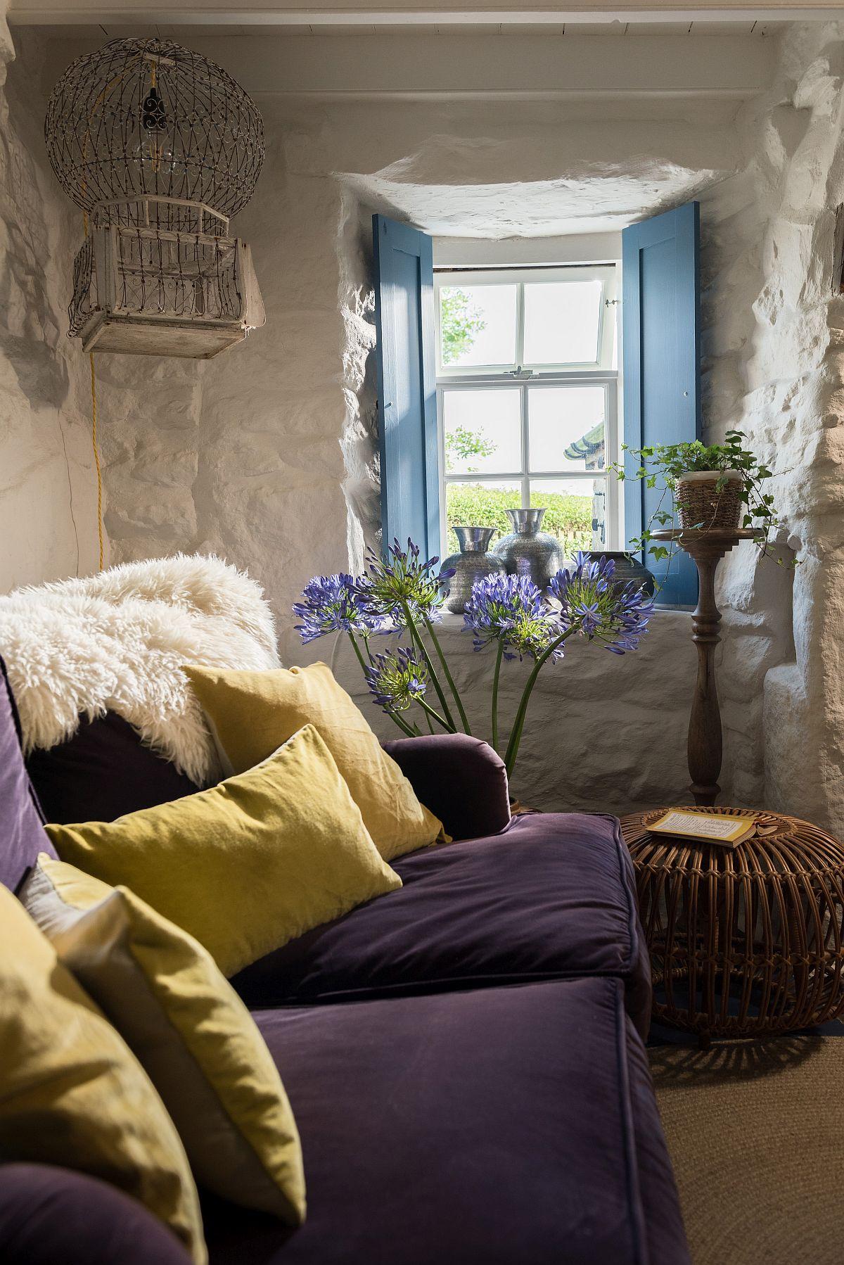 Albastru galben și mov în decorul rustic al unei case din Marea Britanie 2