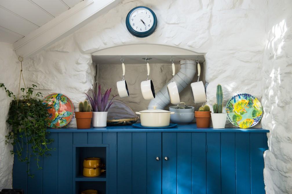 Albastru galben și mov în decorul rustic al unei case din Marea Britanie 5a